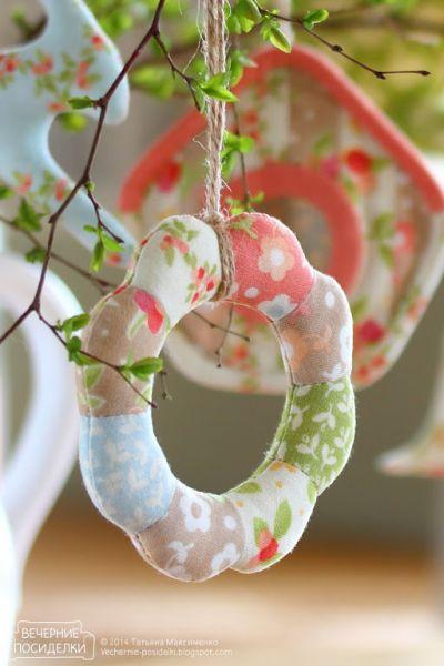 Enfeite de pendurar feito em tecido pode ter o estilo que você quiser (Foto: vechernie-posidelki.blogspot.com.br)