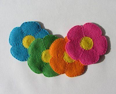 Porta-copos de flor de feltro é diferente, lindo e muito interessante (Foto: lacreatureandyou.com)