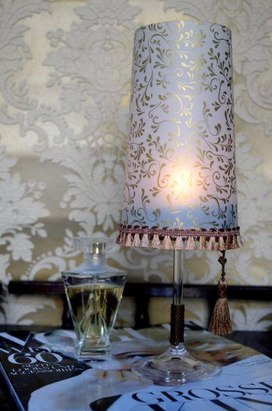 Este abajur feito de taça pode decorar a sua casa ou a sua festa (Foto: fashionrolla.com)