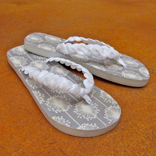 Decorar chinelo com sianinha é fácil e pode ser uma fonte de renda extra para o seu orçamento mensal (Foto: morenascorner.com)