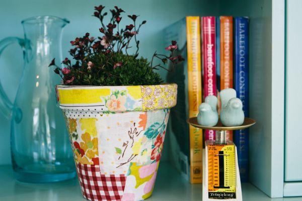 Decorar vaso com restos de tecido é uma customização fácil e sustentável (Foto: rebekahgough.blogspot.com.br)