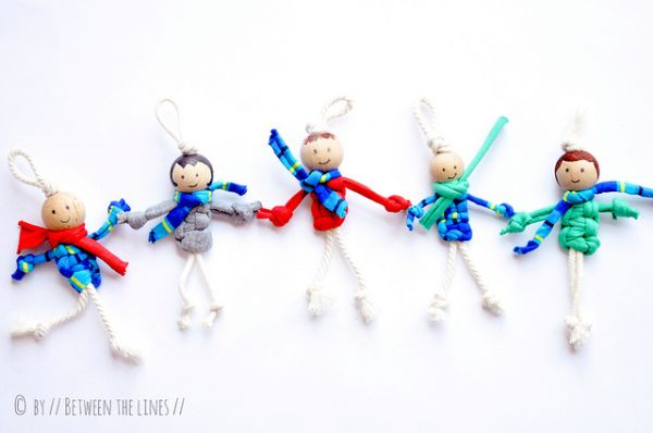 Este simpático bonequinho de macramê decora e pode ser um útil chaveiro (Foto: pm-betweenthelines.blogspot.fr)