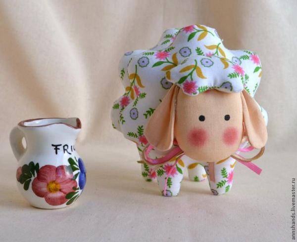 Ovelhinha de tecido é simpática e faz sucesso com todos (Foto: livemaster.ru)