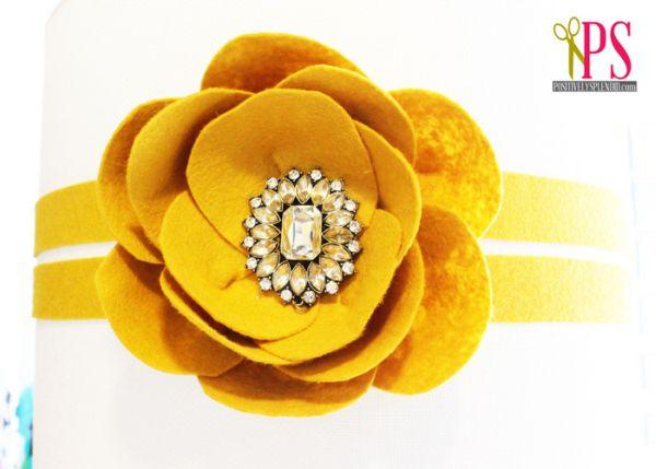 Esta linda e sofisticada flor de feltro pode ter a cor que você quiser e enfeitar o que você quiser (Foto: positivelysplendid.com)