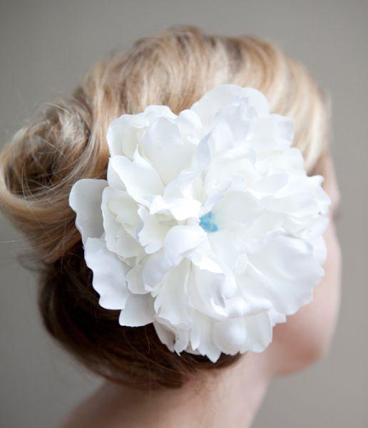 Este acessório para cabelo com flor artificial vai deixar os seus visuais muito mais diferenciados (Foto: somethingturquoise.com)