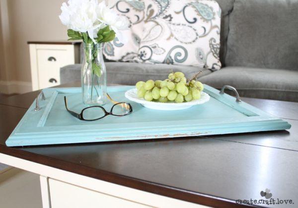 Além de lindo este artesanato com porta de armário antiga é também muito útil (Foto: createcraftlove.com)