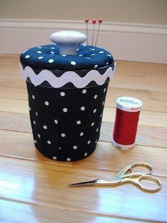 Este artesanato com pote de sorvete pode também guardar outros itens (Foto: sewmanyways.blogspot.com.br)