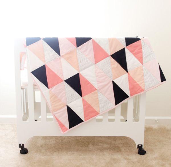Esta colcha de patchwork com molde é também um artesanato sustentável, já que você pode utilizar retalhos de tecido (Foto: seekatesew.com)