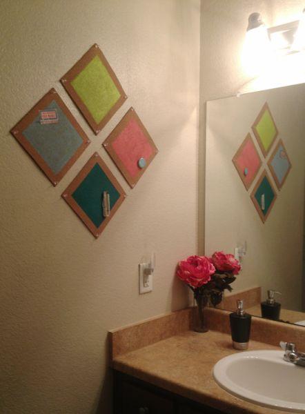 Esta decoração de parede com cortiça decora e organiza, e ainda pode ter o estilo que você quiser (Foto: twolivecolorfully.com)
