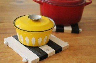 Esta ideia para descanso de panela em madeira pode ter a cor ou as cores de sua preferência (Foto: abeautifulmess.com)