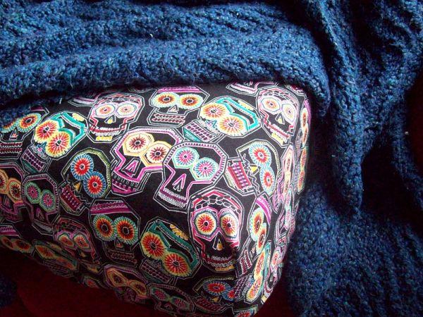 Economize fazendo lençol para cama em sua casa (Foto: offbeathome.com)