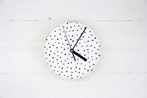 Este relógio de parede pode ter as cores, estampas ou o estilo que preferir (Foto: designsponge.com)