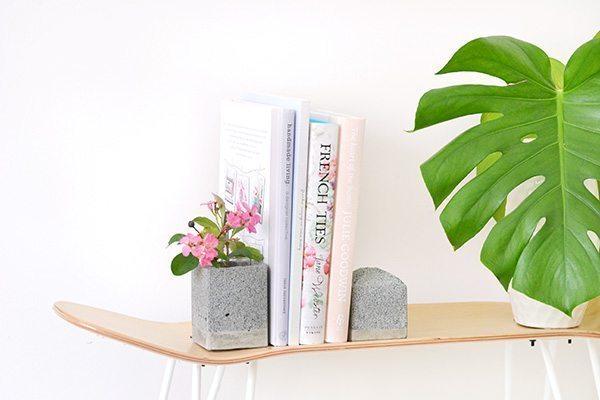 Faça este aparador para livros de concreto com o estilo e cores de sua preferência (Foto: makeandtell.com)