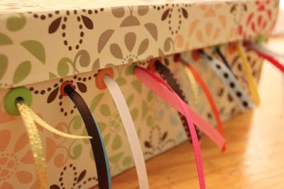 Caixa organizadora de fitas decora e organiza (Foto: delicateconstruction.com)