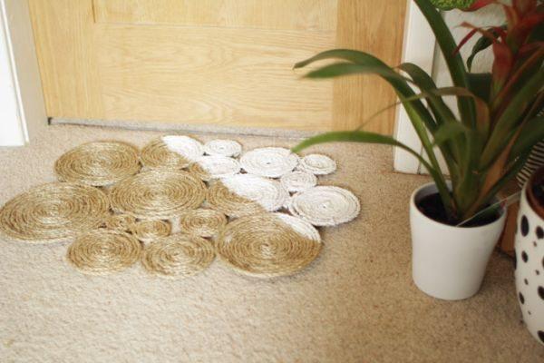 Tapete fácil e econômico com sisal pode também ter o seu estilo diversificado (Foto: designsponge.com)