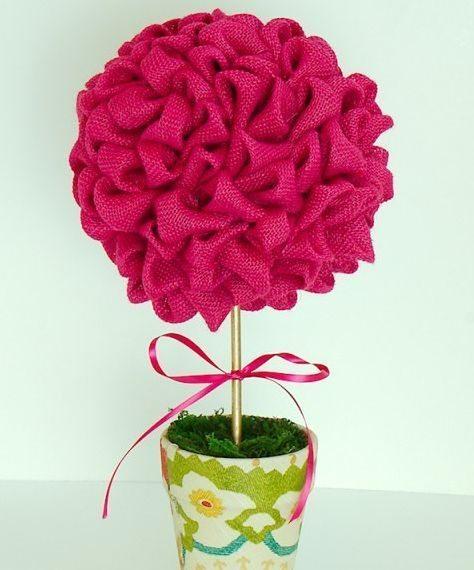 Você pode fazer este modelo de topiaria de flores de tecido com o padrão que desejar (Foto: thegirlcreative.com)