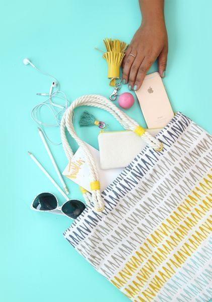Esta bolsa de tecido fácil de fazer vai fazer o maior sucesso por onde passar neste verão (Foto: damasklove.com)