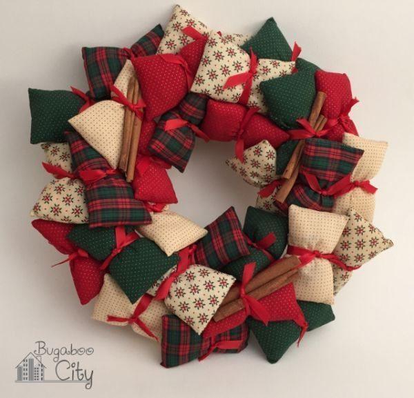 Esta diferente guirlanda natalina de tecido é fácil de ser conseguida (Foto: bugaboocity.com)