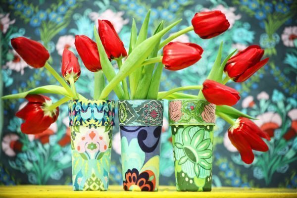 Vaso de flores feito de copo pode ter a cor, a estampa e o estilo que você desejar (Foto: blog.dactylo.com.br)