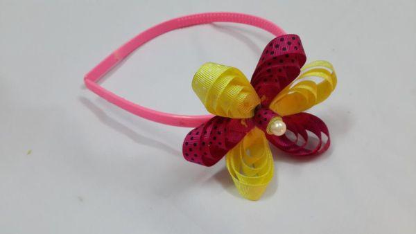 Faça estas flores para arco de cabelo para também decorar outras peças (Foto: createsie.com)