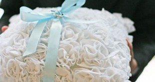 Faça você mesma uma linda e delicada almofada para alianças (Foto: sewmamasew.com)