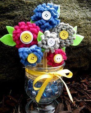 Este arranjo de mesa com flores de feltro pode tanto decorar a sua casa quanto a sua festa (Foto: madetobeamomma.com)