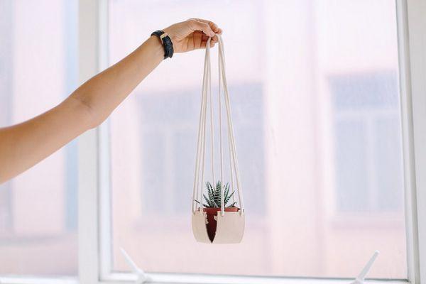Eleve todos os seus vasos com este diferente artesanato feito com retalhos de couro (Foto: apairandasparediy.com)