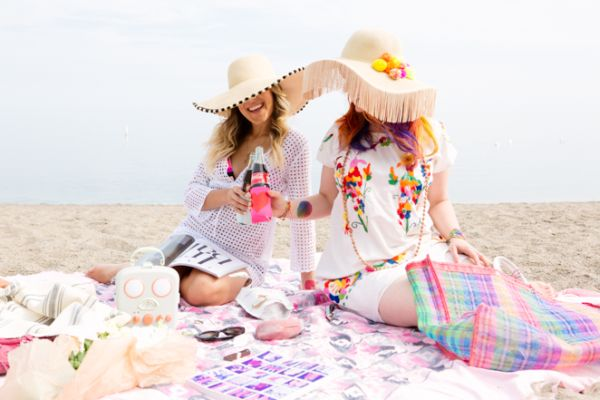 Coloque as mãos na massa e faça estas ideias para decorar chapéus de praia  gastando pouco 472c8dd48aa