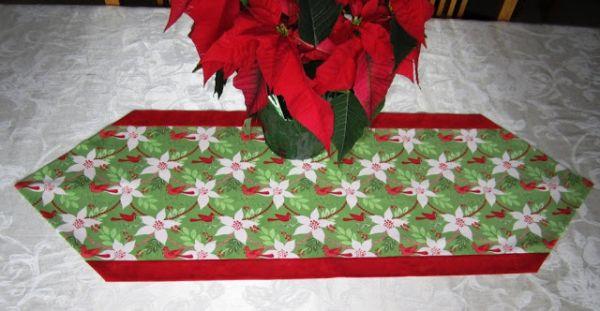 Faça um caminho de mesa natalino para deixar a sua mesa mais bonita neste final de ano (Foto: sewwequilt.com)