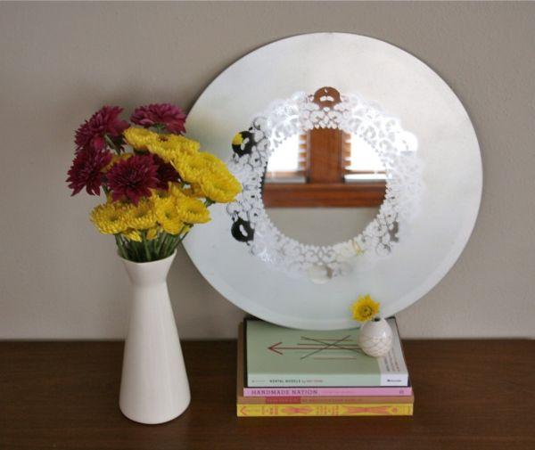 Customizar um espelho e deixá-lo com detalhe rendado é muito fácil (Foto: papernstitchblog.com)