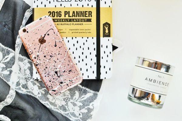 Personalizar capa de celular com esmalte é muito fácil e você pode empregar o seu estilo pessoal em sua peça (Foto: enthrallinggumption.com)