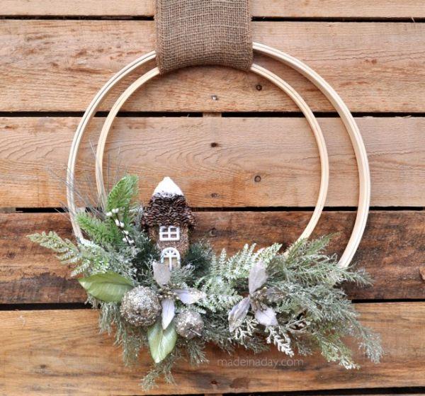 Esta guirlanda rústica feita com bastidor para bordado pode ser também barata, se você já possuir o material em casa (Foto: madeinaday.com)