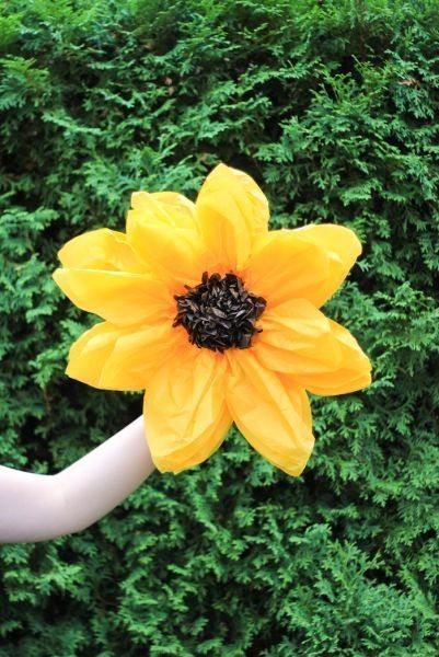 Este girassol de papel de seda pode ser empregado em qualquer cantinho (Foto: thecraftedlife.com)