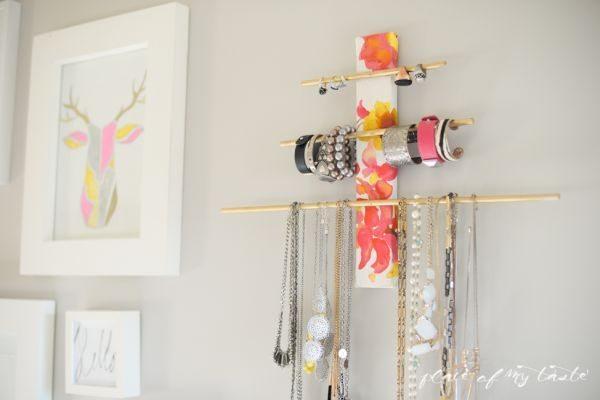 Suporte para pendurar bijuterias pode ter o estilo, a cor ou a sua estampa favorita (Foto: placeofmytaste.com)