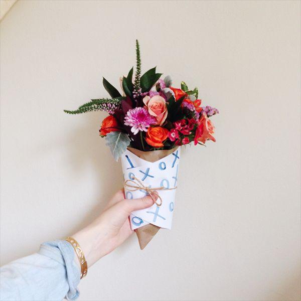 Opte por embalar lembrancinhas com flores naturais quando quiser presentear de forma especial (Foto: shelterness.com)