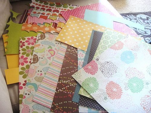 Este lindo arranjo com restos de papel decora de forma barata, porém interessante e diferenciada (Foto: everydaymomideas.com)