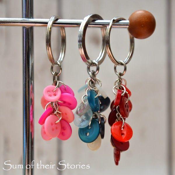 Chaveiro de botões é lindo e pode ter a combinação de cores ou até mesmo a combinação de estampas que você preferir (Foto: sumoftheirstories.com)