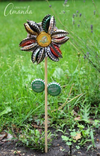 Flores de tampinha de garrafa decoram de forma singela, porém interessante (Foto: craftsbyamanda.com)