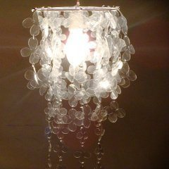 Luminária de garrafa pet é linda e pode ter a cor que você quiser, dependendo da cor da garrafa escolhida (Foto: artesanatofofo.blogspot.com.br)