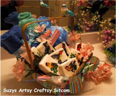 Este artesanato com sabonete é democrático e você pode também acrescentar vários outros detalhes à decoração (Foto: suzyssitcom.com)