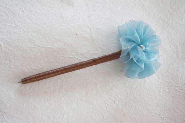 Esta caneta decorada com flor de tecido pode ter vários padrões (Foto: jewelboxballerina.com)