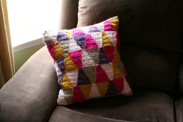 Esta capa de almofada em crochê também pode ter uma única cor, se você quiser (Foto: caughtonawhim.com)