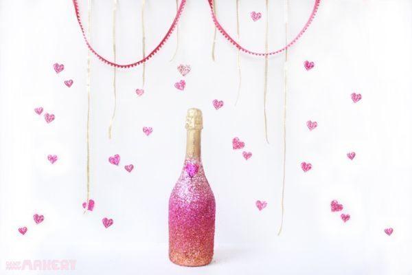 Decorar garrafa de champagne com purpurina é muito fácil (Foto: campmakery.com)