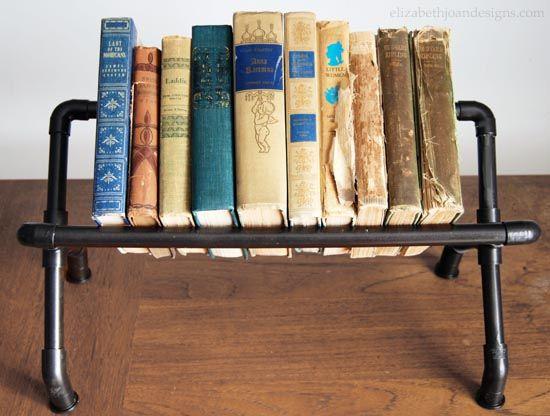 Estante para livros com cano de PVC é diferente, linda e prática (Foto: elizabethjoandesigns.com)