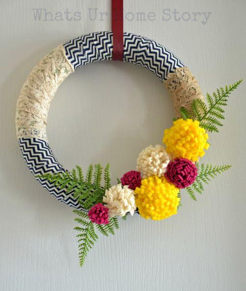 Guirlanda com flores de feltro pode decorar a sua casa o ano todo (Foto: whatsurhomestory.com)