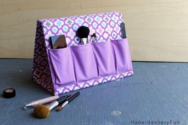 Este porta-pincel de maquiagem em tecido é lindo, útil e ainda decorativo (Foto: haberdasheryfun.com)