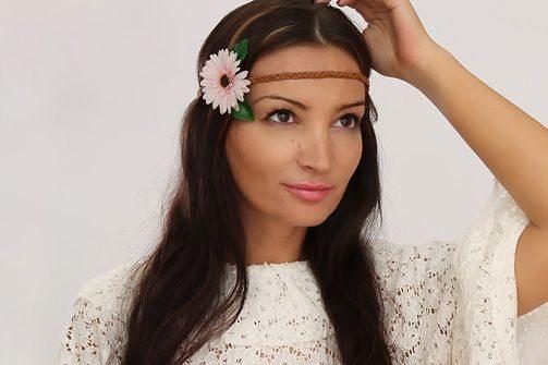 Faça muitas desta tiara de flores para cabelo para sempre ter em mãos um modelo que melhor se adapte à produção do dia (Foto: fashion.onblog.at)