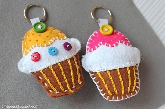 Faça muitos deste chaveiro de feltro cupcake (Foto: icreativeideas.com)