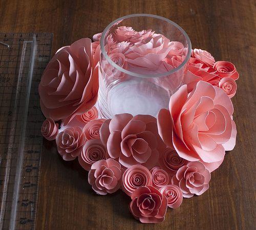 Estas flores de papel para centro de mesa podem ser feitas de diversas cores (Foto: heart-of-light.blogspot.com.br)