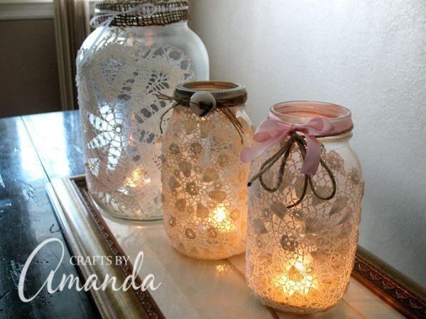 Faça muitas lanternas de vidro com renda para decorar todos os cômodos de sua casa (Foto: craftsbyamanda.com)